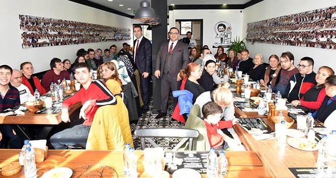 Engelli kursiyerler Beşiktaş'ta öğle yemeğinde buluştu